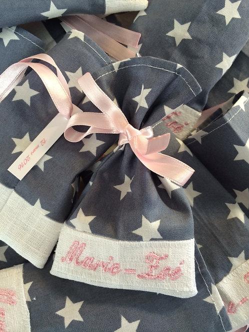 copie de motif étoiles blanches fond gris broderie rose ruban rose