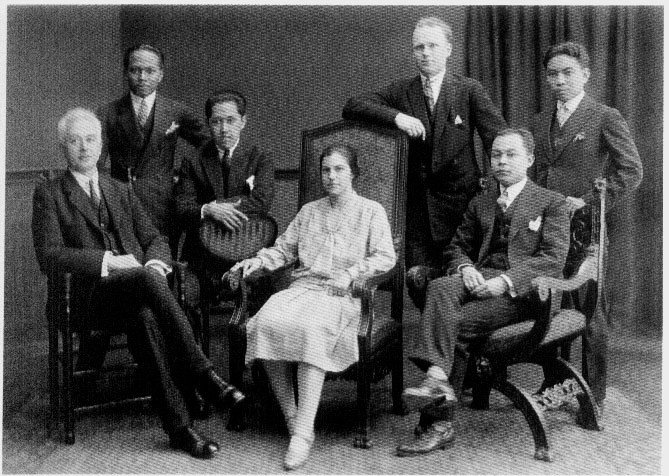 Moh. Hatta bersama penasehat hukumnya pada 1927