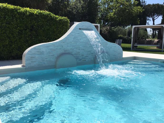 Lounge Pool esterna con cascata e idromassaggi