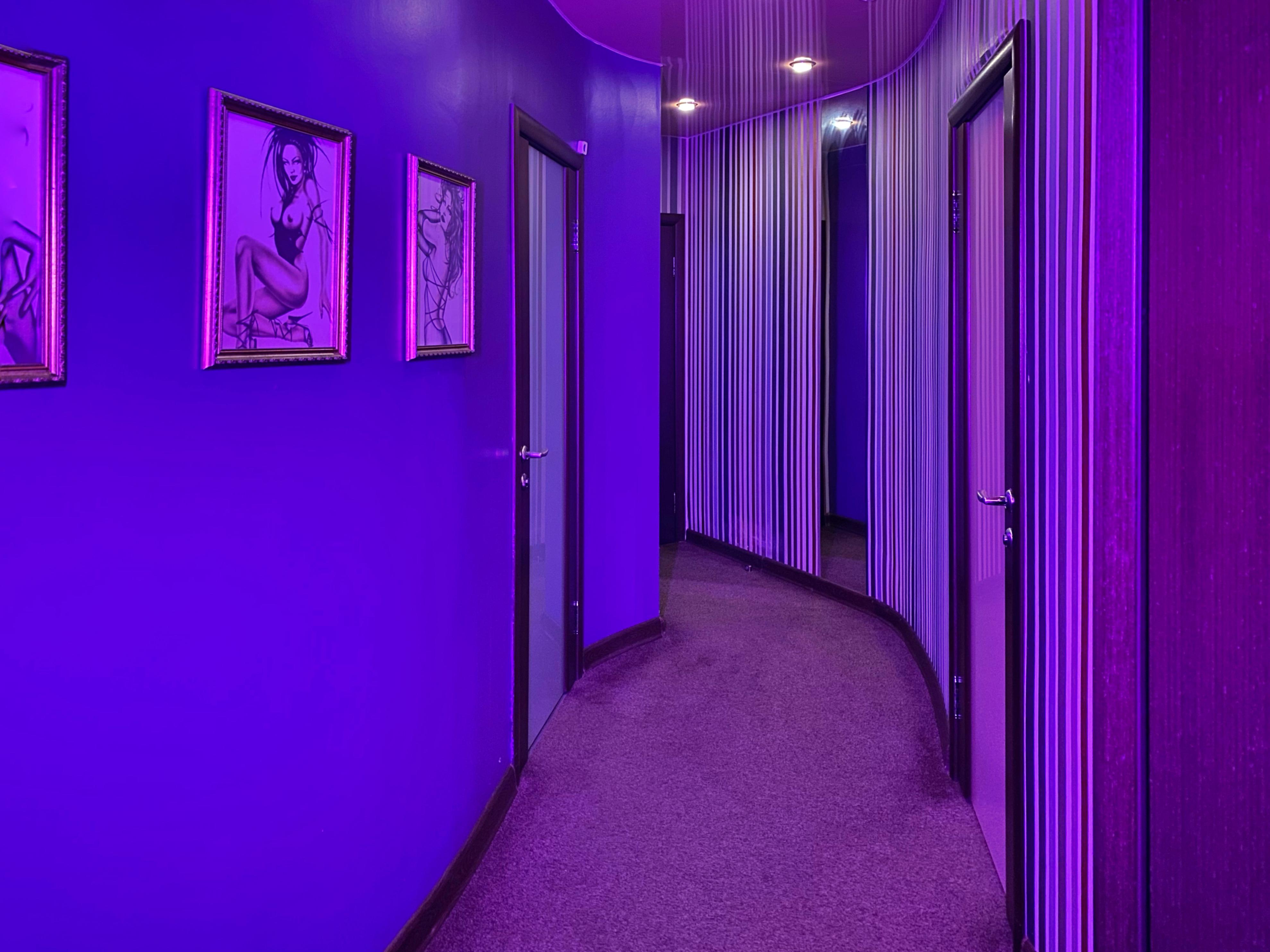 Длинный коридор с комнатами.