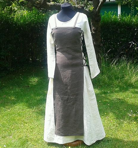 Zweiteiliges Magd-Kleid mit dunkelbrauner Schürze
