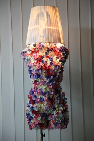 Große Stehlampe mit Blüten