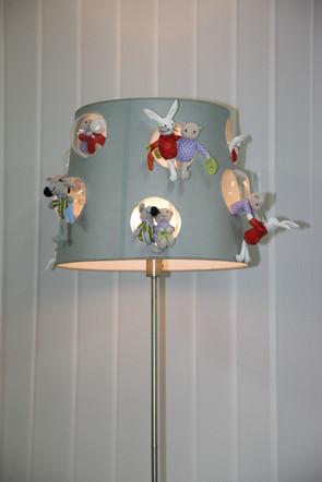 Große Stehlampe mit Hasen