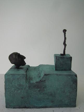 Kopf, Figur mit Graben