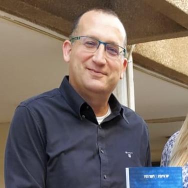 """רן קוניק ראש עיריית גבעתיים מקבל את הספר המנכ""""ל שבך"""