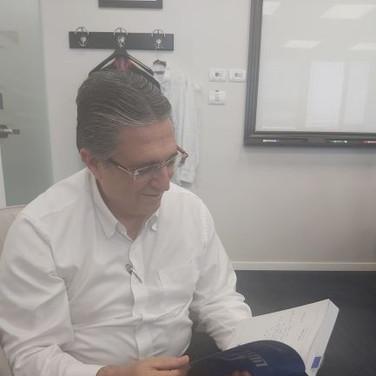 יואל אמיר קורא את הפרק ממכשול למנוף