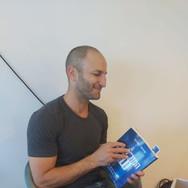 רולי אליעזרוב נשיא ומייסד גיגיה פותח את הספר