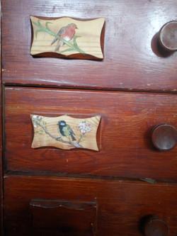 איורים על ארון עץ ישן
