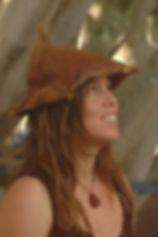 חן רכטמן יוצרת בהשראת מלאכות עתיקות- כובע תפור מדקל וושינגטוניה