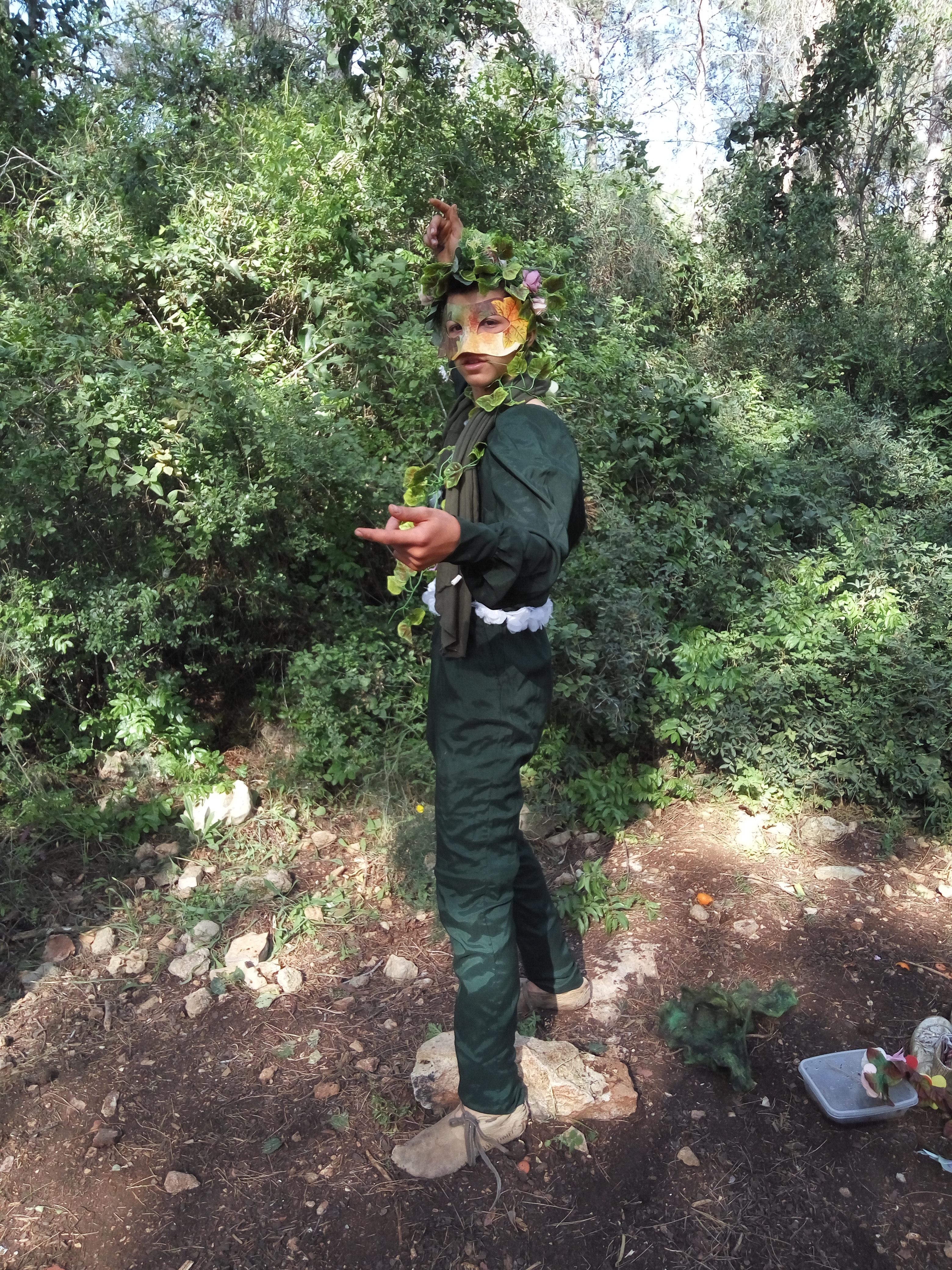 נער בתחפושת יער