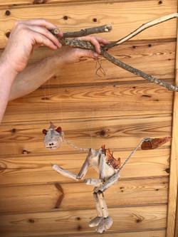 מריונטה מגולפת מעץ אבוקדו