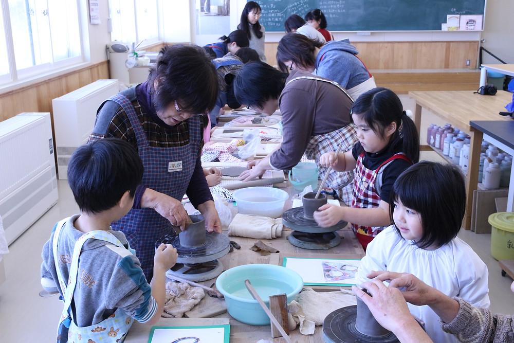 幼児センター陶芸制作様子