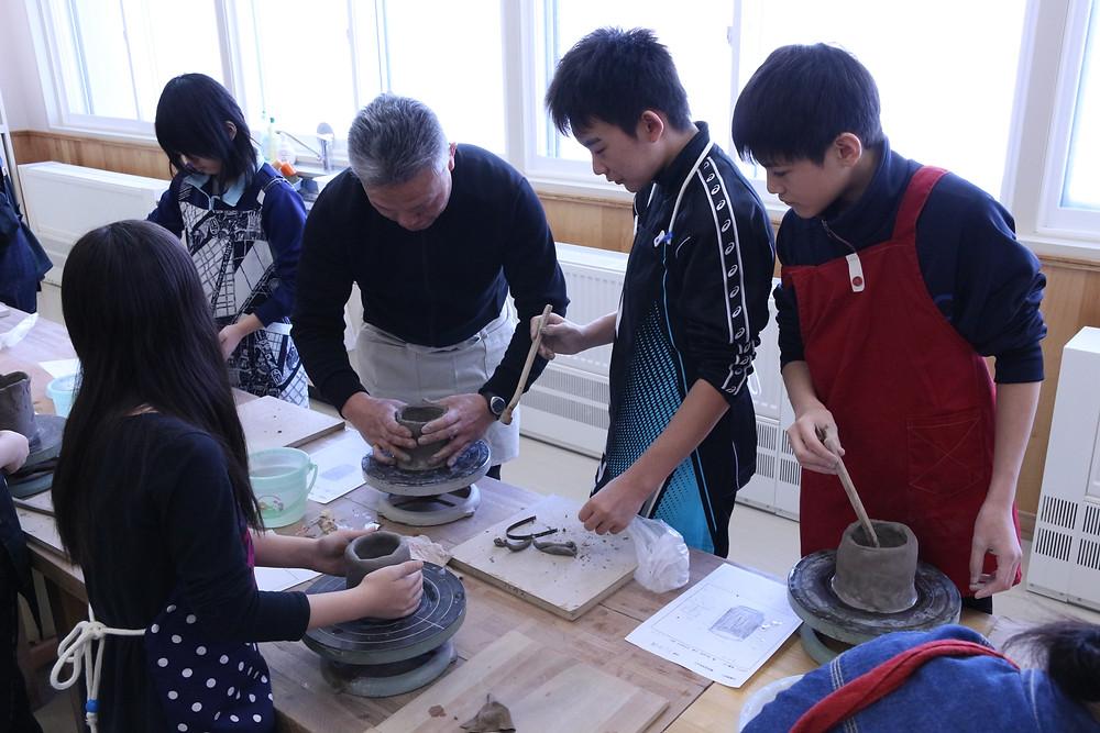 小学6年生陶芸制作の様子