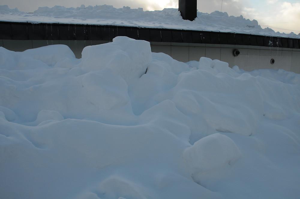 屋根からの落雪で軒下まで積もった雪