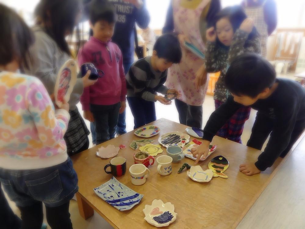 自分の作品を手に取る幼児たち