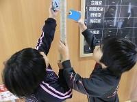 展示作業をする子どもたち
