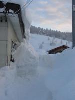 家を覆う雪(横から)