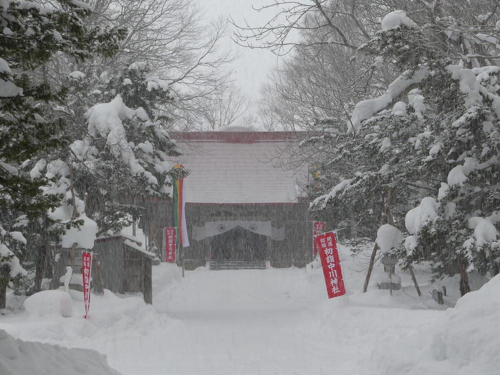 雪の中にたたずむ中川神社本堂