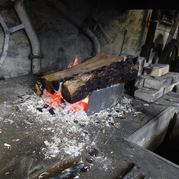 N'oublions pas un petit feu pour se réchauffer! Dans le foyer de la forge.