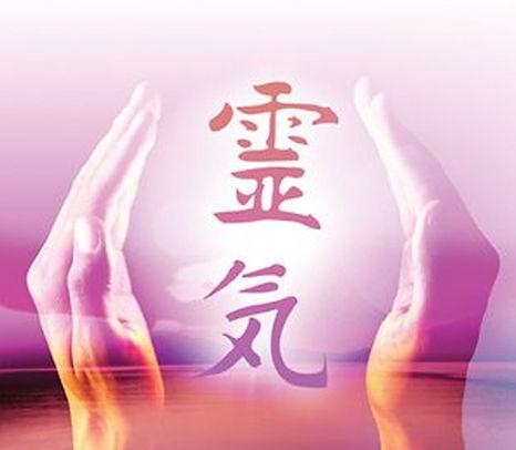 symbole reiki entre deux mains