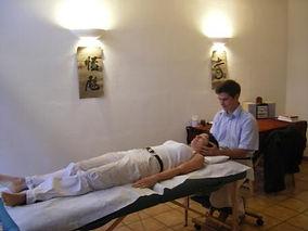 seance de reiki surune table de massage avec ue femme