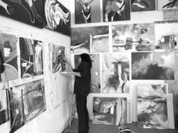 Atelier rempli de tableaux