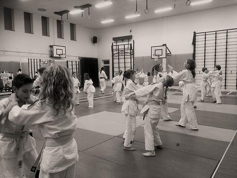 Ju jutsu les voor kinderen waar een polsklem wordt gemaakt als verdediging op een wurging uit kata
