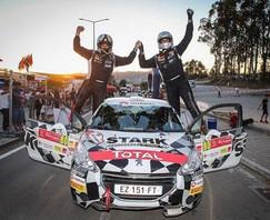 Daniel Berdomás y David Rivero celebran su título de campeones de la Copa Peugeot Ibérica en el Rall