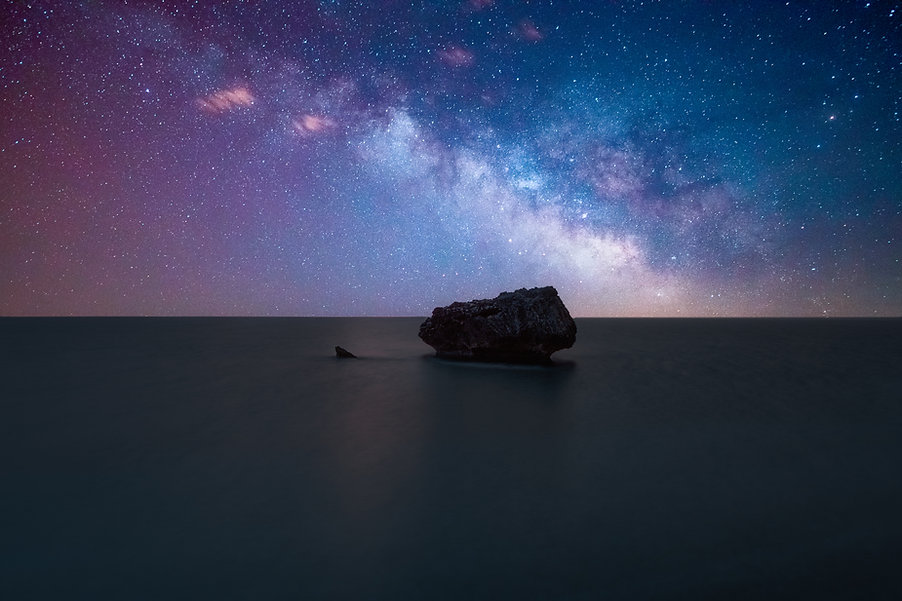milky-way-galaxy-over-the-ocean-HXVGLM3.
