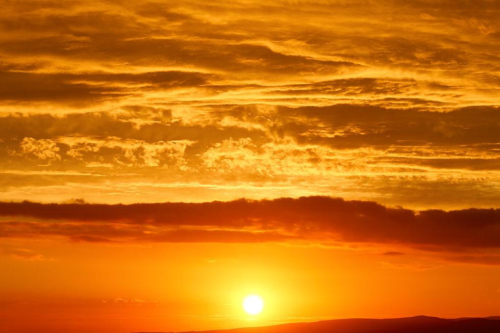 sunset-sun-low-above-the-horizon-MFS3UPC.jpg