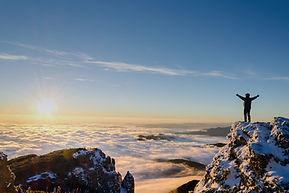 Lever du soleil au sommet d'une montagne