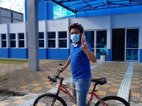 Leonardo Alves inicia seu mandato indo de bicicleta para a Câmara.