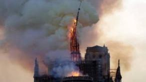 Em Paris a Catedral de Notre-Dame está em chamas.