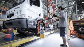 Mercedes-Benz vai abrir 600 vagas no ABC e ampliar produção de caminhões.