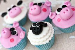 Sheep and pig cupcakes
