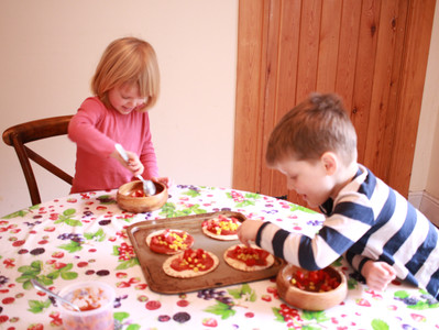 How to make a quick gluten-free pizza with kids