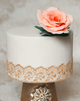 Peach rose on single tier wedding cake -