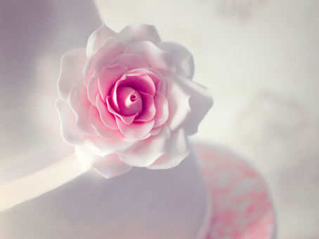 3 types of flowers to choose for a wedding cake