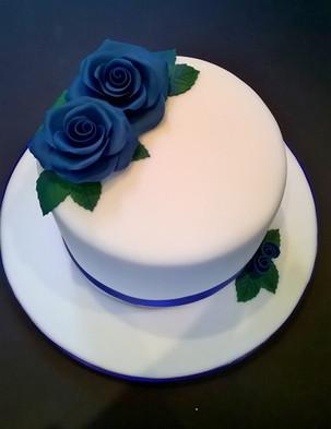 Single tier blue rose wedding cake