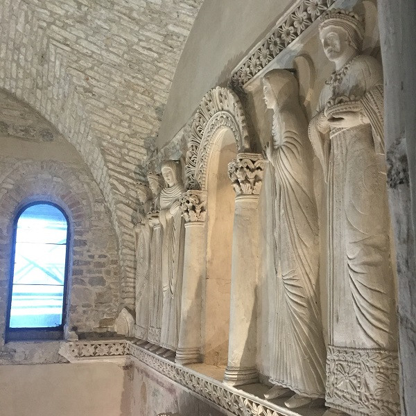 De zes vrouwelijke figuren in de tempel