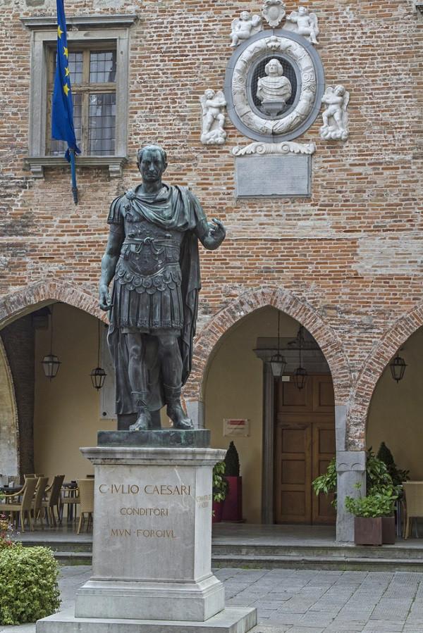 Keizer Julius Caesar de oprichter van Forum Iulii
