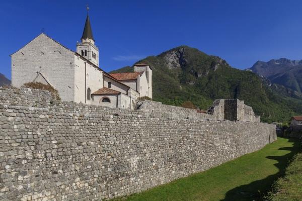 De stadsmuren van Venzone