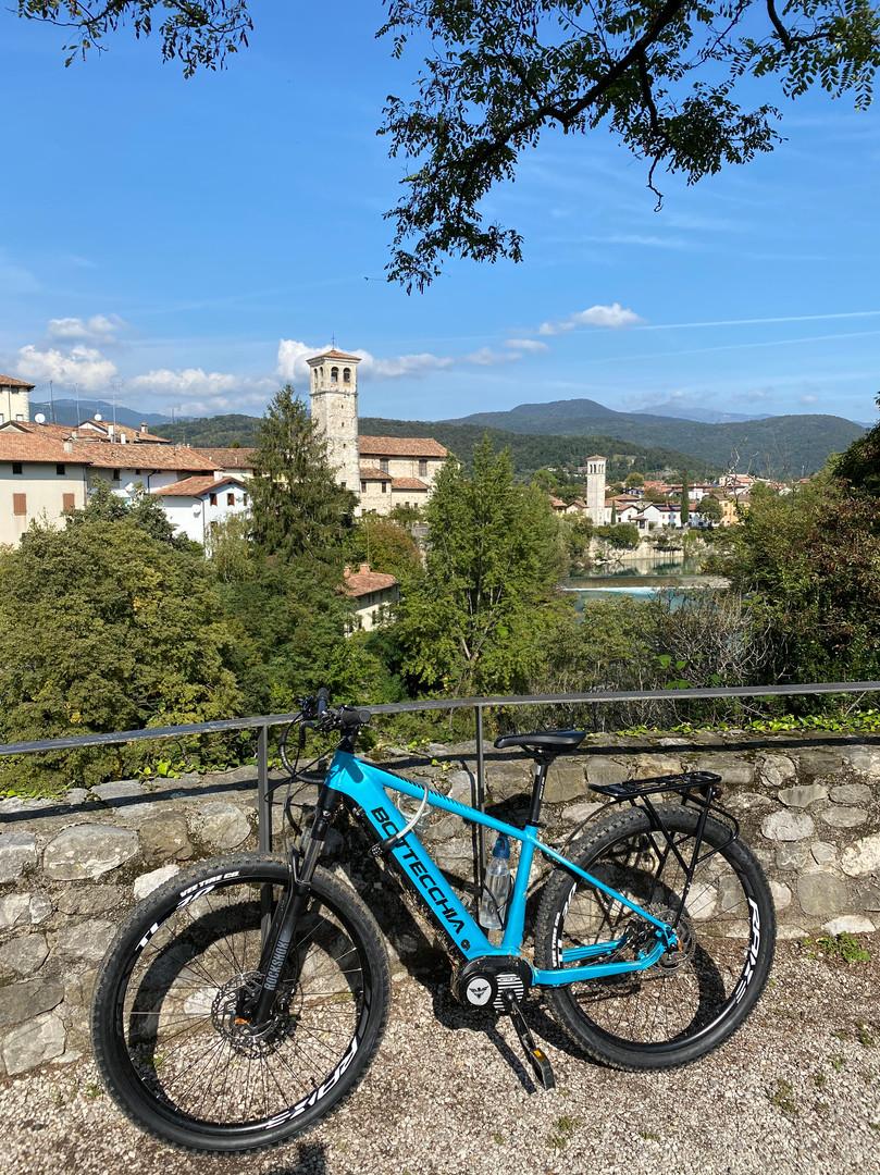 Mein Fahrrad mit Cividale im Hintergrund