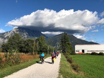 Radfahren mit den Alpen im Hintergrund