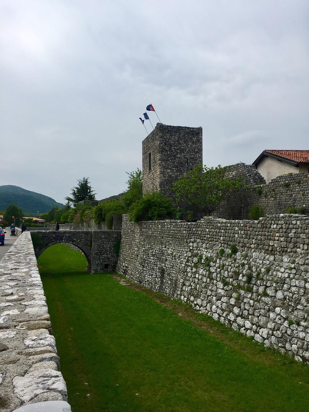 De dubbele stadsmuren met wat ooit de slotgracht was