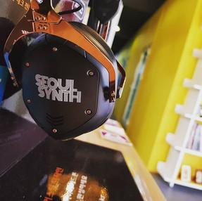 서울신스에서는 최고급 디제이 헤드폰 V-MODA의 제품을 시연/테스트 할