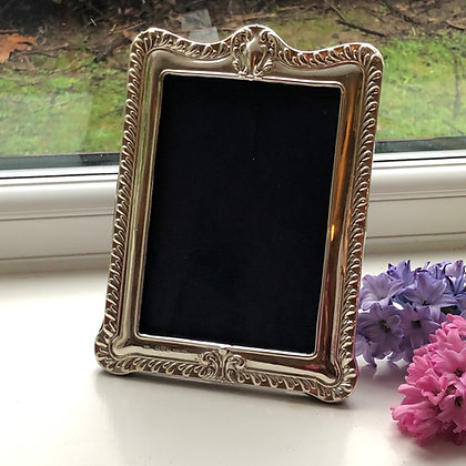 A Antique Sterling Silver Picture Frame Chester 1910 With A Gadrooned Border.