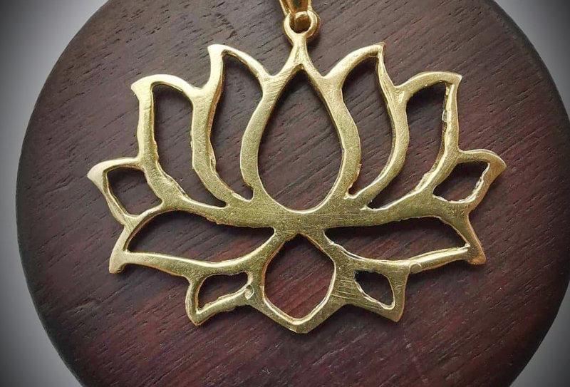 Pendentif fleur de lotus en laiton
