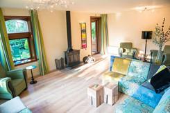 Sfeervolle-salon-in-retreat-center-en-bi