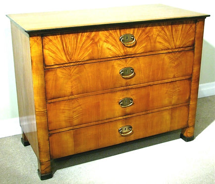 Highly Figured 19th Century Biedermeier Bureau-Commode in Walnut